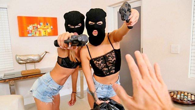 Забавное порно Обаятельные бандитки наставили на парня свои пистолеты и заставили заняться с ними групповухой видео