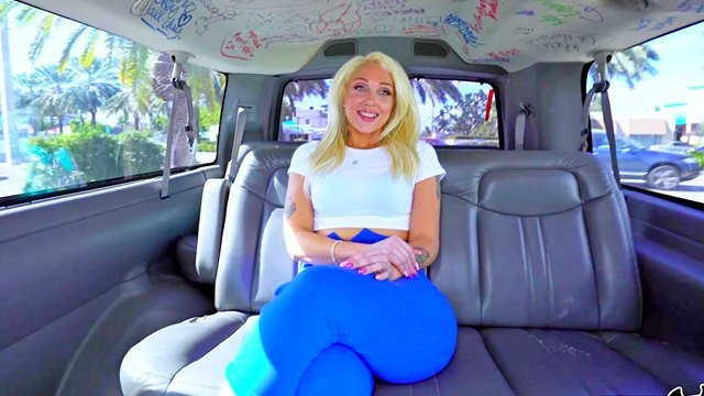 На Публике порно Сногсшибательная толстозадая блондинка уселась в минивен и по-зверски поебалась там с парнями видео