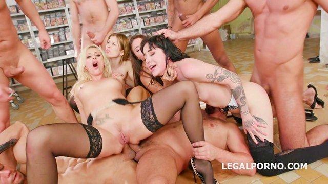 Писсинг порно Фантастическая групповуха в разных интимных стилях в магазине по продаже порно фильмов с покупательницами видео