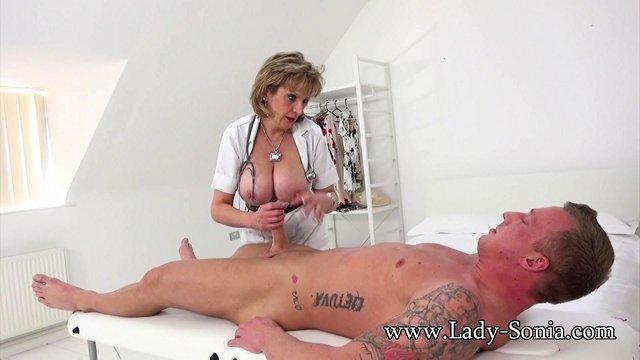 Старые Бабы порно Обворожительная медсестра с массивными сисяндрами яростно дрочит хуй пациента и раздвигает ноги видео
