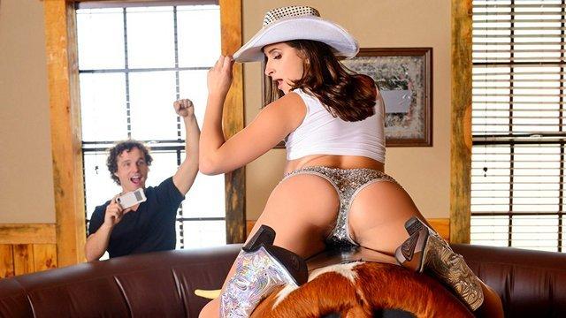 Оргазм порно Восхитительная и очаровательная ковбойша позирует на аттракционе быка и успевает попрыгать на фаллосе видео