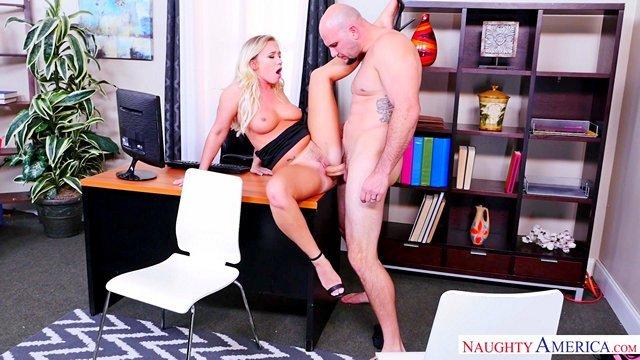 порно Ненасытная начальница люто трахается с подчиненным на столе в своем кабинете после отсоса его хуя видео