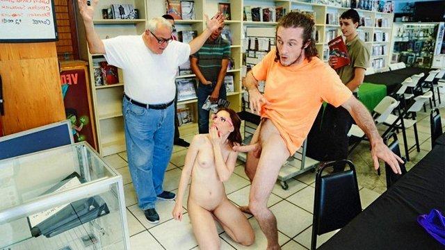 На Публике порно Увлеченная пара здорово трахается в книжном магазине и шокирует его посетителей своей развращенностью видео