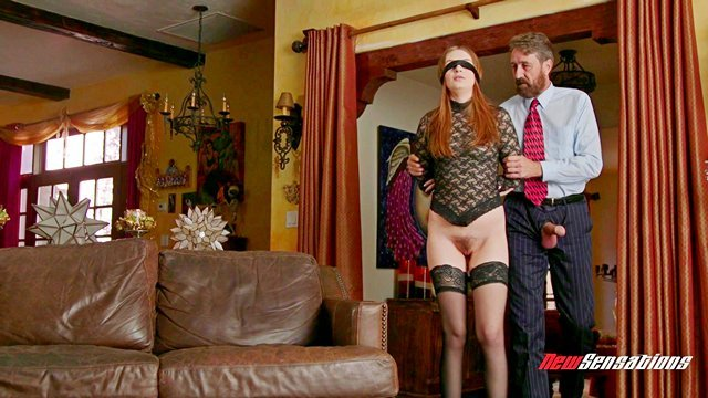 Оргазм порно Прекрасная рыжая девица надела повязку на глаза и стала сексуальной добычей мужика и его друзей видео