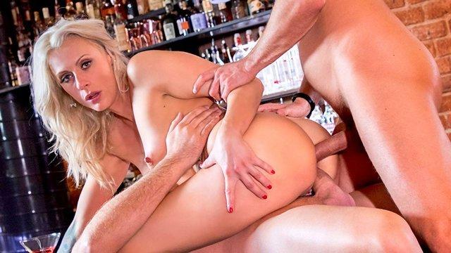 Старые Бабы порно Необузданная пожилая тетка вылизывает члены посетителей бара и трахается с ними в жопень ради кайфа видео