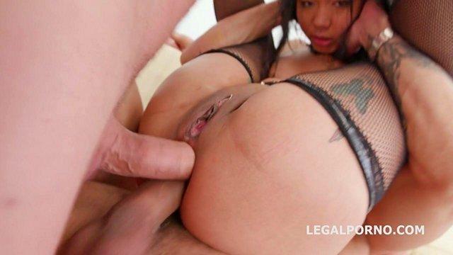 Писсинг порно Безудержная азиатская сучка отчаянно насасывает члены партнеров и получает те в жопень за этот минет видео