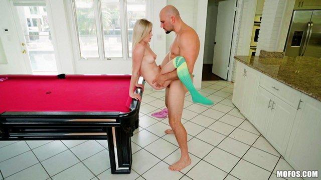 порно Бесценная и одаренная кокетка грубо трахается с мускулистым лысым мужиком на бильярдном столе видео