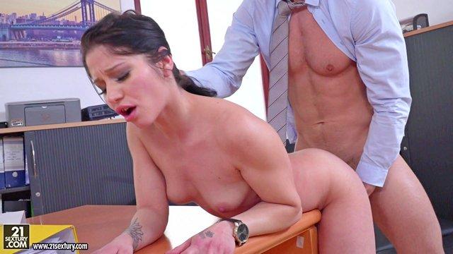 В Офисе порно Ласковая секретарша не жалеет свои прелести ради удовлетворения собственного босса в кабинете видео