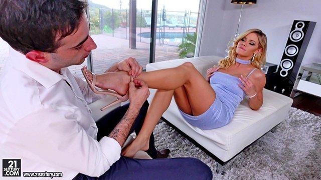 Ножки порно Обольстительная и совершенная милфа требует от любовника всесторонних ласк своих ухоженных ног видео