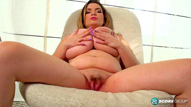 Девушки Соло порно Прекрасная грудастая баба с красивой попой рукоблудничает пизду и спешит поймать дичайший кайф видео