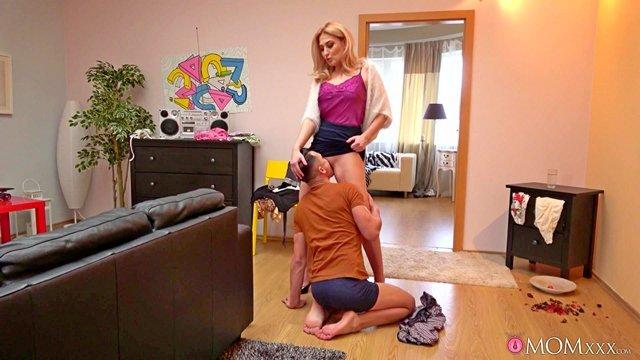 порно Ошеломительная мамочка требует от пасынка капитального кунилингуса и хочет жестко потрахаться с ним видео