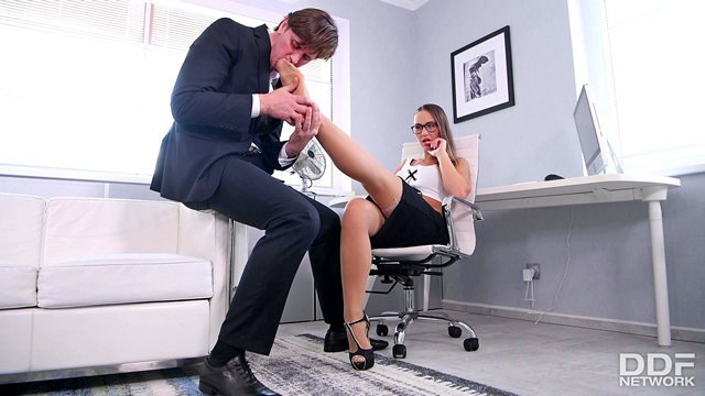 В Офисе порно Романтичная секретарша предложила шефу поласкать ее ножки и организовала бурный секс с ним видео