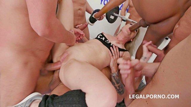 Фистинг порно Толпа мужиков долбят хуями в жопу бабу в спортзале двойным и тройным анальным проникновением, ганг-банг жесть с аналом видео