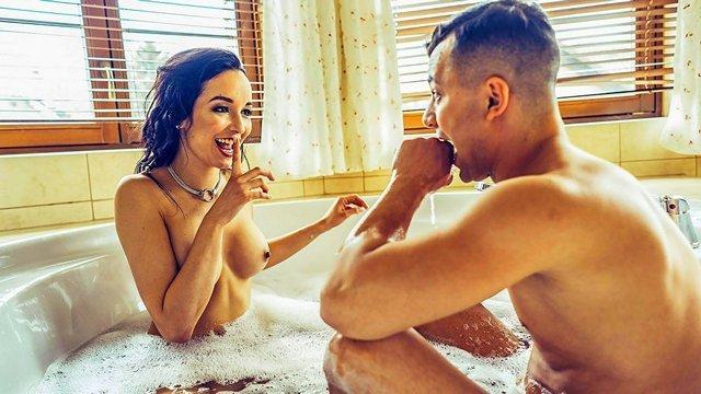 Брюнетки порно Молодой парнишка и его первое знакомство в новой мачехой, которая готова трахаться днём и ночью с любым самцом в округе видео