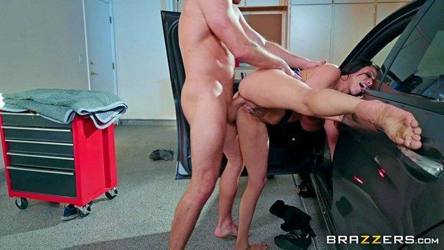 Брюнетки порно Грудастая мамка дает уроки езды на тачке сыну и видит большой стоячий член у парня от волнения, мама трахается с сыном в гараже видео