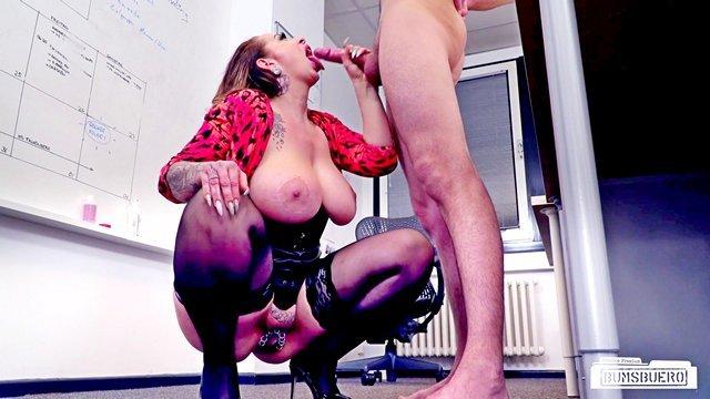 В Офисе порно Зрелая начальница-извращенка с обильным пирсингом на пизде принимает нового сотрудника в свой офис через еблю на рабочем месте видео