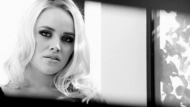 порно Знойная блондинка с большой жопой и сиськами отлично шпилится в очко кончая во время анала по нескольку раз видео