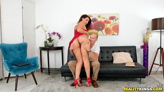 Чулки и Колготки порно Латинская баба с жирной большой жопой и титьками показала зажигательный танец на мужском члене верхом видео