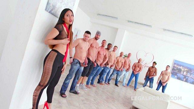 Азиатки порно Сразу десять мужиков готовы зверски оттрахать заманчивую азиатку и проверить ее отверстия на прочность видео