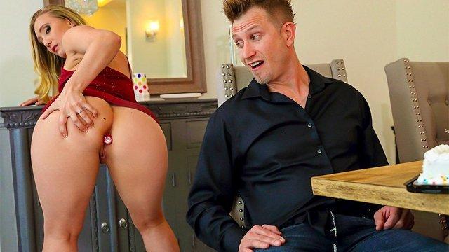 порно Превосходная широкозадая искусительница показала чуваку анальную пробку и игриво отдалась ему в попочку видео