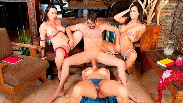 порно Три сладкие бабы в возрасте с крупными дойками заставляют чувака удовлетворять их сильную похоть видео