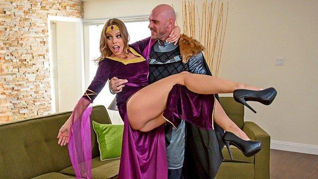 Забавное порно Чарующая баба в костюме королевы готова наградить рыцаря незабываемым и пошлым трахом с ней видео