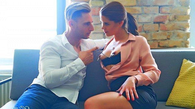 порно Роковая сучка рассчитывает на секс в задницу со своим воздыхателем и предлагает тому познакомиться с ее попкой видео