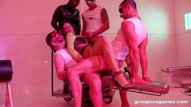порно Блистательная домохозяйка участвует в необычной брутальной групповухе с мужчинами в масках чертей видео