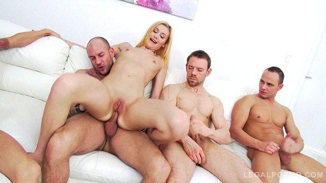 порно Улыбающаяся девица не боится устроить интимные шалости сразу с четырьмя ухажерами и получать много кайфа видео
