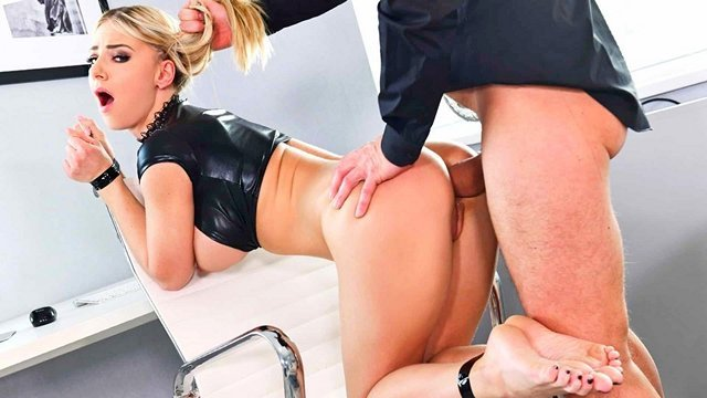 В Офисе порно Чудная секретарша не против беспощадно потрахаться с боссом со связанными руками и ногами в его кабинете видео