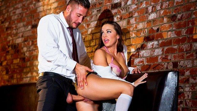 Студентки порно Волнующая студентка изобретательно показывает стриптиз учителю в баре и получает его хуй между ног видео