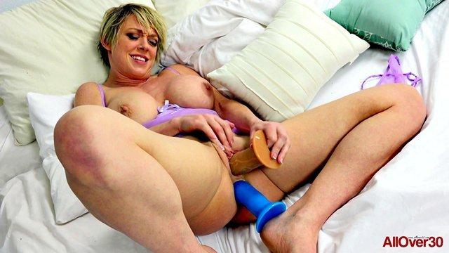 Фистинг порно Соблазнительная мамочка за 40 вставляет несколько интимных игрушек в свои дырки и безумно кончает видео