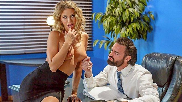 В Офисе порно Изысканная дамочка с крупными сисями предлагает начальнику фантастический секс прямо в его кабинете видео