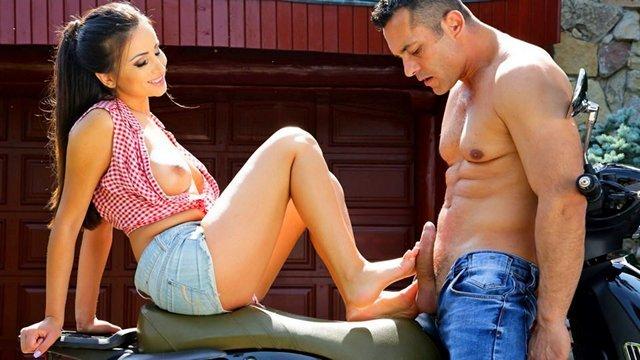 Ножки порно Обалденная сисястая девица вовсю пользуется ногами во время дрочки пениса и секса со своим ухажером видео
