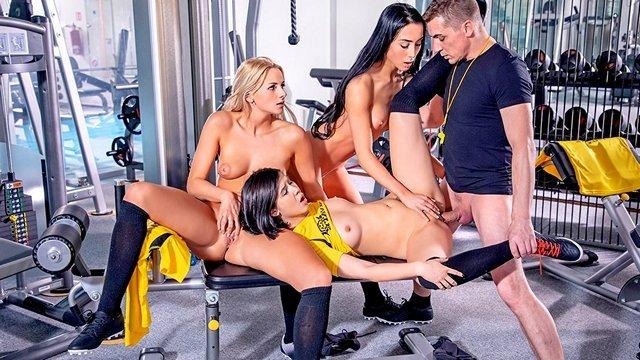 Оргии порно Дерзкие спортсменки устали выполнять команды инструктора и поебались с ним в тренажерном зале видео