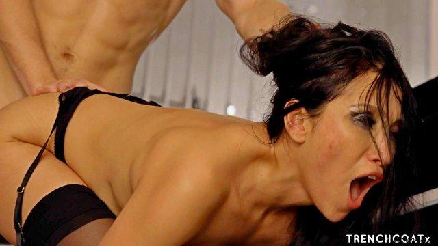 порно Бодрая мадам неистово ебется в жопу со своим партнером и требует еще больше агрессивного траха видео