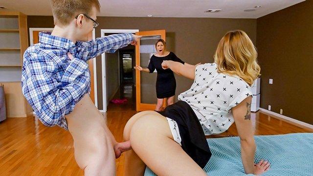порно Флиртующая девица легко соблазнила заученного паренька и принялась поглощать его хуй своей пиздой видео