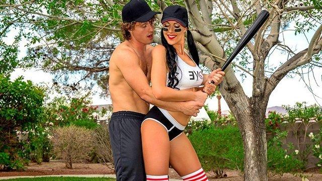 На Улице порно Обучение душевной мамашки игре в бейсбол заканчивается трахом зрелки и ее полным удовлетворением видео