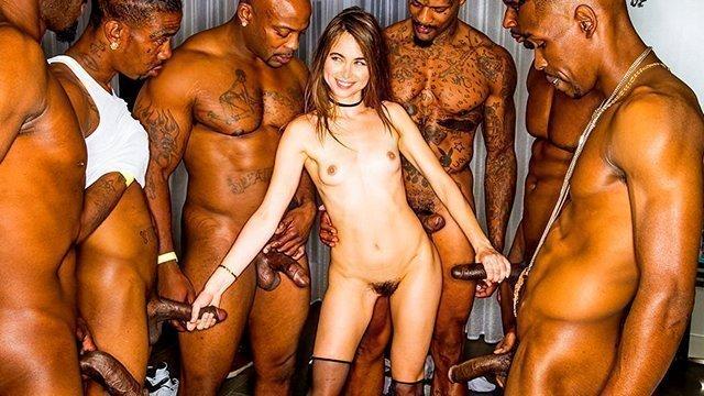 ХХХ Порно Дикая и славная сучка не боится толпы чернокожих партнеров и ебется с ними в свою пизду и жопу HD секс видео