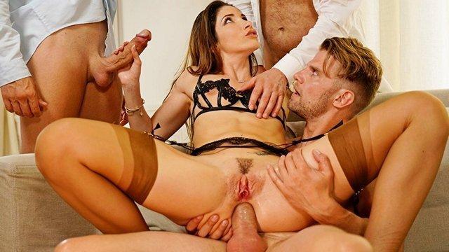 Порно XXX Искрометная мамашка спешит попробовать трах с тремя любовниками и искупаться в их сперме HD секс видео