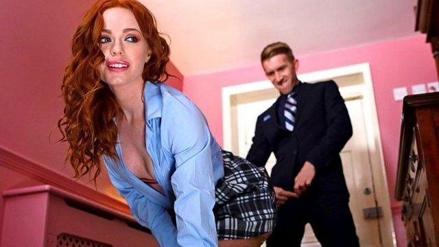 порно Бесподобная сучка встала раком перед клиентом в короткой юбке и легко соблазнила его на секс видео
