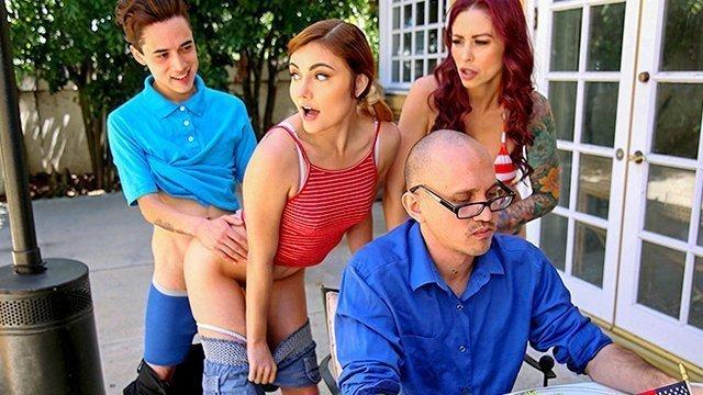порно Паренек одновременно трахает славную подружку и ее пленительную мамашу за спиной у занятого мужика видео