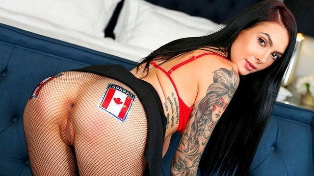 порно Неистовая татуированная кокетка показывает дырки через колготы и привлекает хуй своей попкой видео