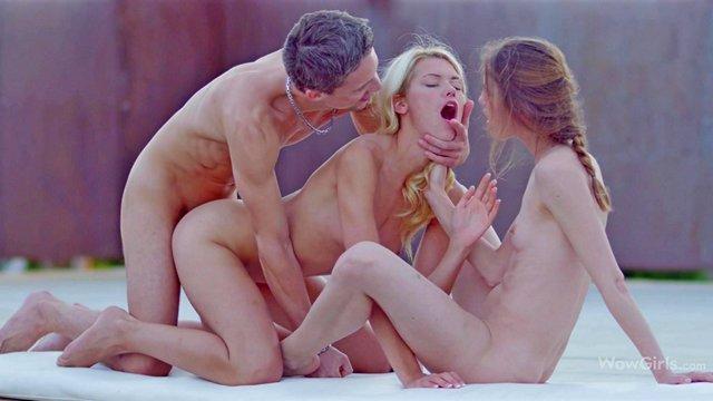 Красивое порно Искренние подружки делают заботливый минет парню и предлагают ему познакомиться с их вагинами видео