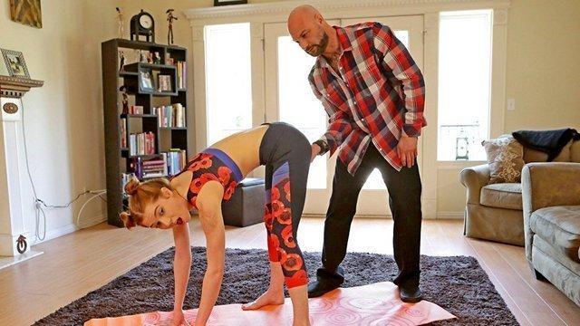 порно Энергичная дочь специально показывает отчиму очко через прозрачные штаны и намекает на анальный трах видео