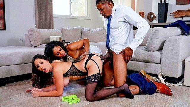 Сквирт порно Таинственная темнокожая хозяйка дома не против подложить белую подружку под большой хуй мужа видео