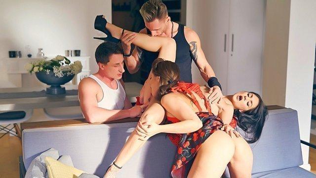 Оргии порно Две горячие парочки решили опробовать секс свингеров и устроили восхитительную еблю вчетвером видео