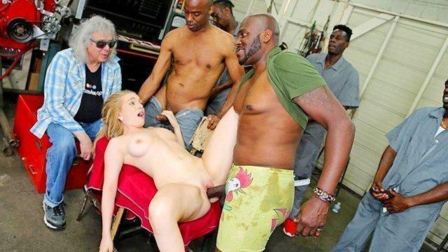 порно Взрывная и практичная девица сосет у толпы негров и дико трахается с ними прямо на глазах у отчима видео