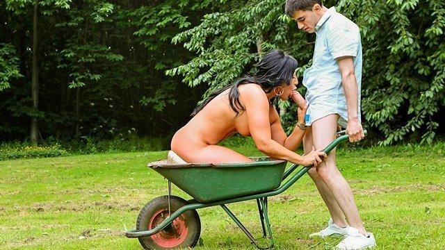 На Улице порно Грудастая зрелая владелица дома отважно занялась сексом со своим молодым помощником по садовым работам видео