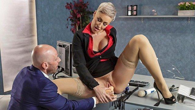 В Офисе порно Завораживающая пожилая начальница за 30 треплет волосатку дилдо и не жалеет пизду для подчиненного видео